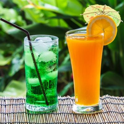 zelený čaj a pomerančový džus
